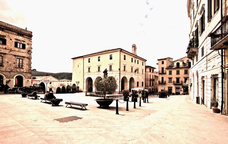 Sarteano Piazza XXIV Giugno retrò